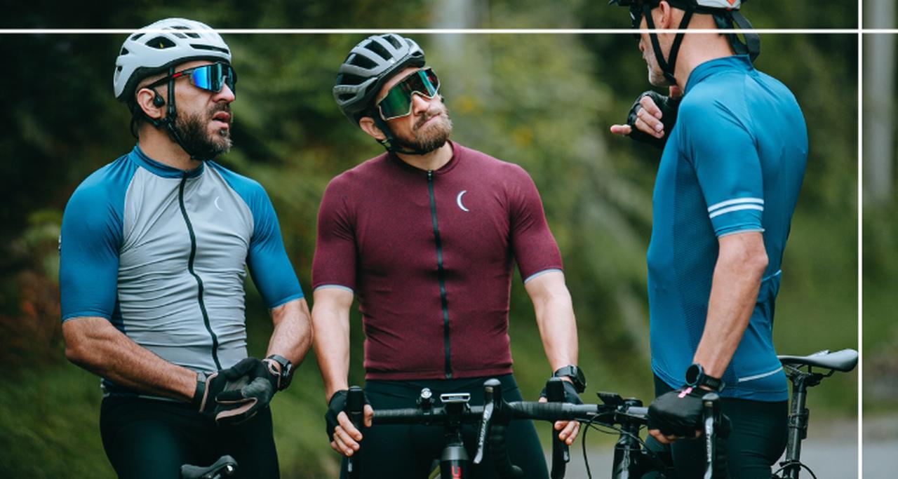 trzech rowerzystów w trakcie wycieczki rowerowej