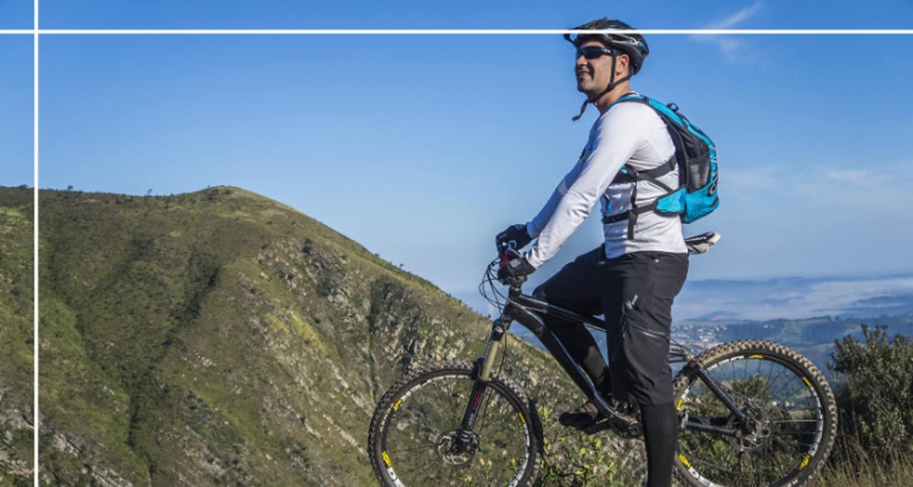 rowerzysta patrzący przed siebie w górach